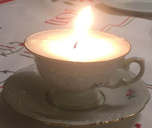 Stearinljus i kaffekopp.